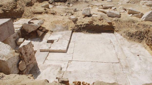 Los arqueólogos requieren hacer más excavaciones para determinar la altura de esta pirámide descubierta. AFP
