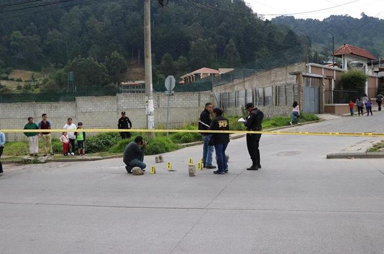 Personal del MP recaba evidencias en el lugar del ataque, donde encontró varios  casquillos. (Foto Prensa Libre: María José Longo)