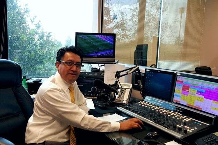 Mynor Geovani Domínguez produce el programa radial Guate primaveral, que se transmite en Radio América, en Maryland. (Foto Prensa Libre: Cortesía).