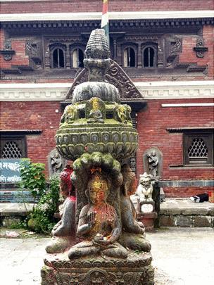 La Kumari de Katmandú vive en el Kumari Ghar, un palacio en el centro de la ciudad.