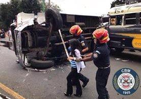 El accidente de tránsito entre dos buses extraurbanos en carretera a El salvador dejó a cuatro personas heridas. (Foto Prensa Libre: CBM)