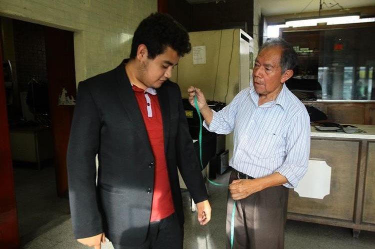 Don Julio toma medidas a Jordy Guzmán, hijo de uno de sus clientes recurrentes. (Foto Prensa Libre: Álvaro Interiano)