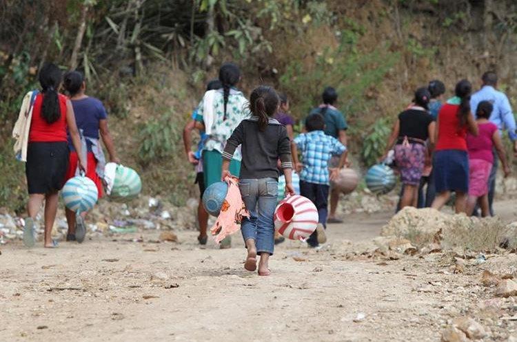 Vecinos de varias aldeas de Palencia, Guatemala, carecen de agua entubada. (Foto Prensa Libre: Álvaro Interiano)