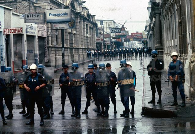 El Congreso de la República aparece sitiado por las fuerzas de seguridad durante el golpe de Estado de 1993. (Foto: Hemeroteca PL)