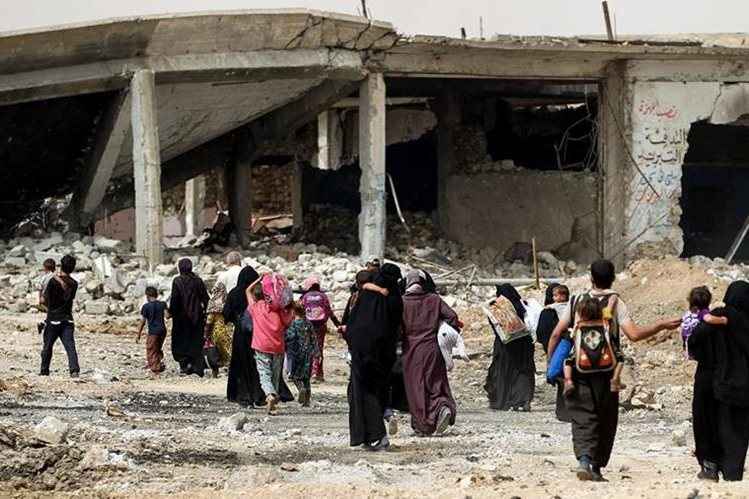 Iraquíes abandonan un barrio de Mosul durante la ofensiva militar. (Foto Prensa Libre:AFP)