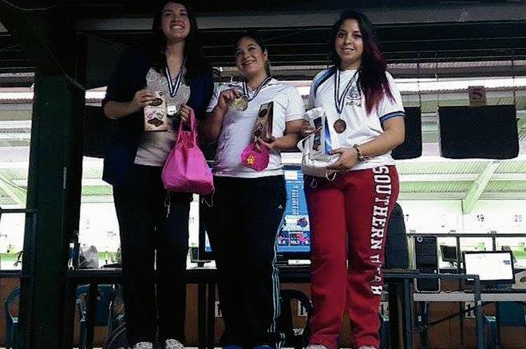 Geraldine Solorzano, Lucía Menéndez y Lucía Gálvez en el podio de Pistola de Aire. (Foto Prensa Libre: Cortesía Asociación de Tiro de Guatemala)