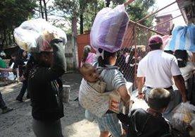 Vecinos de las zonas 12,13 y 14, reciben la Bolsa Segura. (Foto Prensa Libre: Hemeroteca PL)<br />