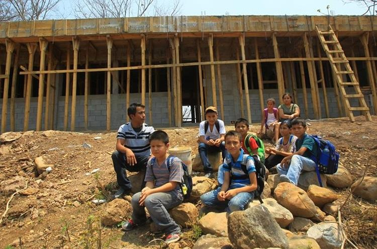 Estudiante son beneficiados con la construcción de escuelas, en Pixcayá y otras aldeas de San Juan Sacatepéquez)