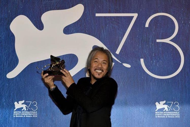 El realizador filipino Lav Diaz con el premio del León de Oro por su película The woman who left, en Venecia, Italia. (Foto Prensa Libre: EFE).