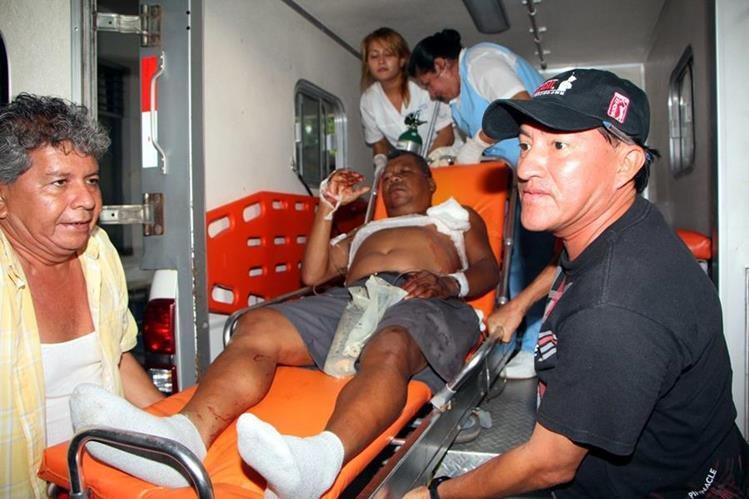 Eswin Osael González Matías es trasladado al Hospital Nacional de Retalhuleu con varias heridas de bala. (Foto Prensa Libre: Rolando Miranda)