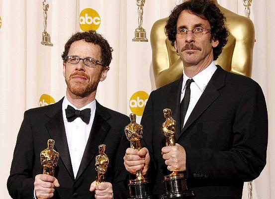Joel David Coen (29 de noviembre de 1954) e Ethan Jesse Coen (21 de septiembre de 1957), conocidos profesionalmente como los hermanos Coen, son dos cineastas estadounidenses ganadores de cuatro Premios Óscar, dos BAFTA y un Globo de Oro, entre otros reconocimientos. (Foto Prensa Libre: encadenados.org)