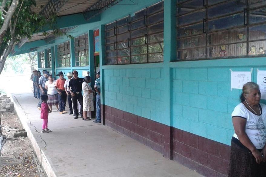 Presencia de vecinos en el centro de votación en la consulta popular, en Quesada. (Fotos Prensa Libre: cortesía PDH)