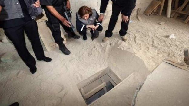 """Autoridades inspeccionan el tunel por donde se fugó """"el Chapo"""" el pasado 11 de julio. (Foto: Hemeroteca PL)."""