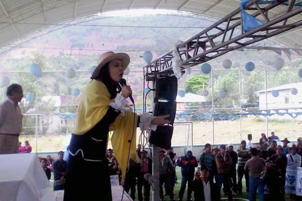 Zury Ríos, candidata a la Presidencia por el partido Visión con Valores (Viva), abrió su campaña en Cunén, Quiché. (Foto Prensa Libre: Óscar Figueroa)