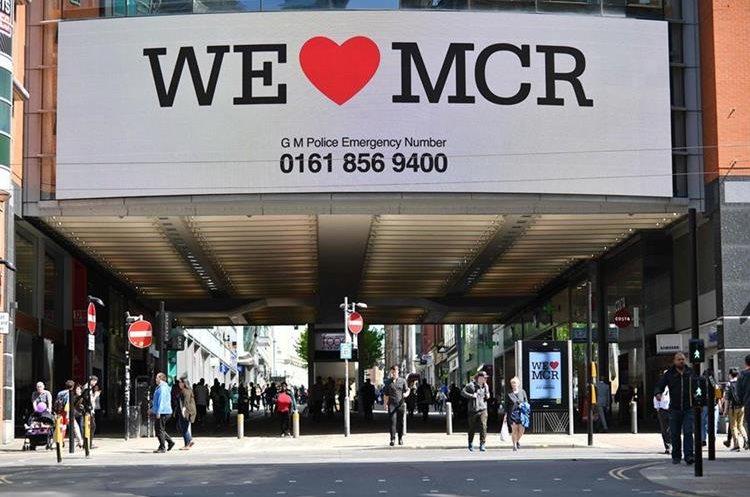 Una muestra en solidaridad sobre una calle en el centro de Manchester. (AFP).