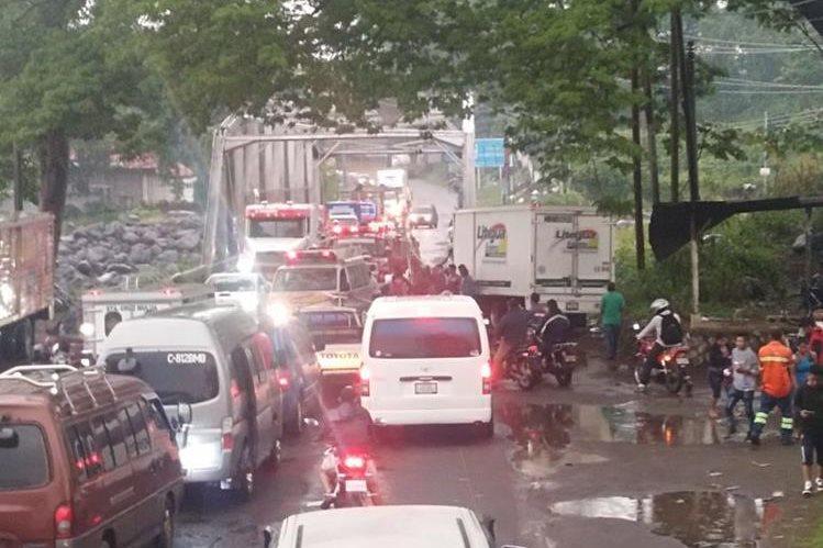 Accidente paralizó el paso en la ruta al suroccidente. (Foto Prensa Libre: Bomberos Voluntarios)