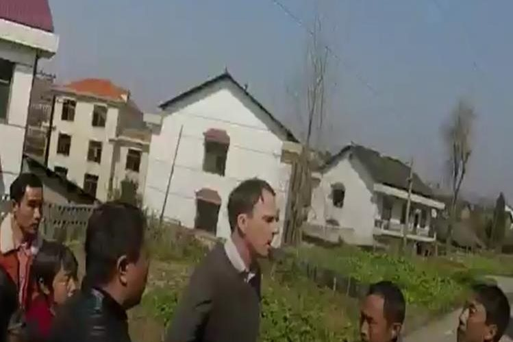 Equipo de reporteros de la cadena británica BBC son atacados por un grupo de personas en China.