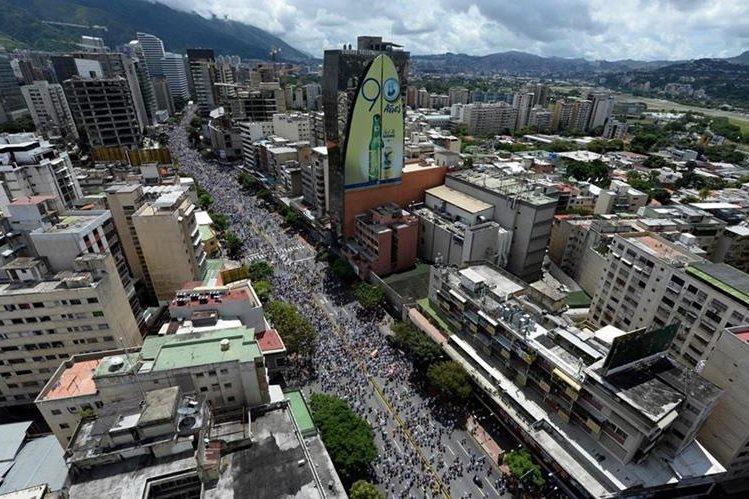 """La capital venezolana es escenario de lo que la oposición llama """"toma de Caracas"""", miles forman una enorme columna humana. (Foto Prensa Libre: AFP)"""