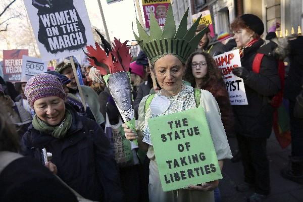 Británicos se manifestan contra los decretos de Donald Trump en Londres. (AP).