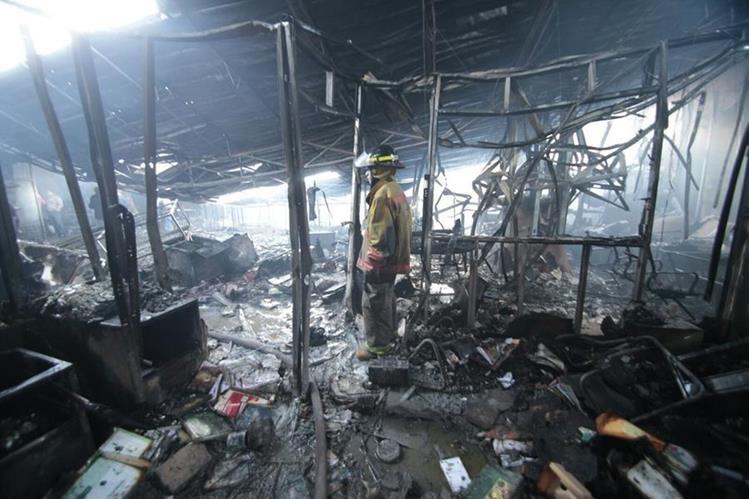 Bomberos Voluntarios y Municipales solo reportan daños materiales, en la agencia bancaria solo rescataron la caja de seguridad. (Foto Prensa Libre: É. Ávila)