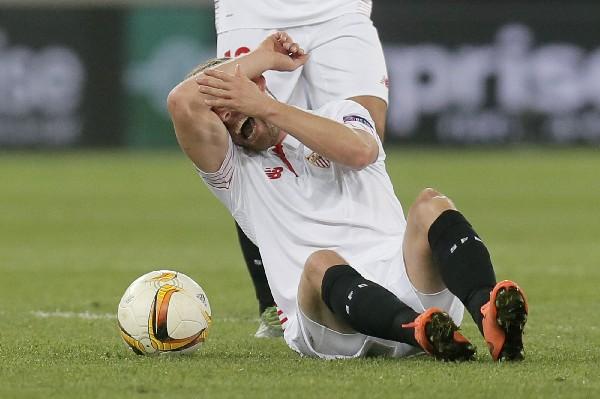 El danés del Sevilla, Michael Krohn-Dehli salió lesionado de gravedad en el partido de la Liga Europa. (Foto Prensa Libre: AP)