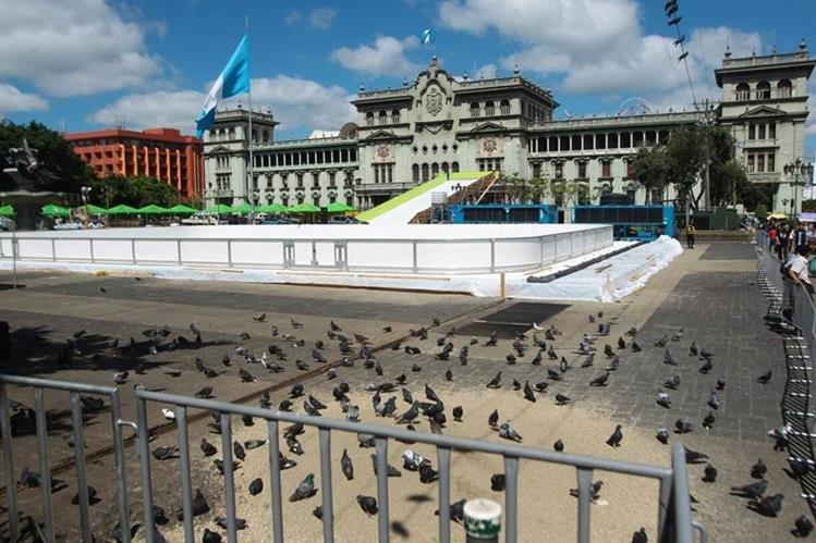 Trabajadores municipales trabajan en la instalación del Festival Navideño en el Parque Central. (Foto Prensa Libre: Álvaro Interiano)