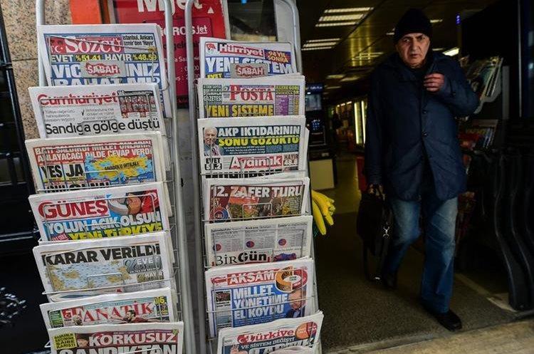 Diarios turcos hacen eco del referendo constitucional celebrado en ese país. (AFP)