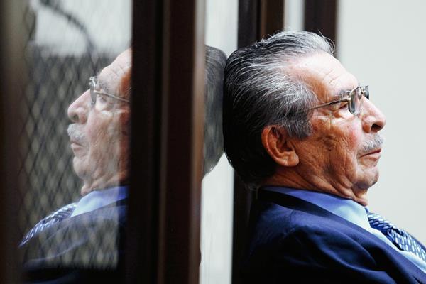 Efraín Ríos Montt, más de 30 años después del golpe de Estado, en audiencia por genocidio, el 27/5/2013. (Foto: Hemeroteca PL)