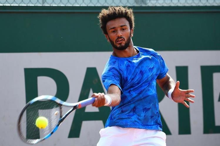 El tenista Maxime Hamou fue expulsado del Roland Garros por su comportamiento inadecuado con una periodista. (Foto Prensa Libre: AFP)
