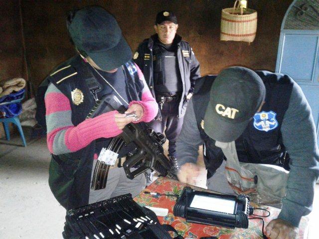 La Policía Nacional Civil utiliza sistema de reconocimiento de huellas dactilares para identificar a sospechosos. (Foto Prensa Libre: PNC)