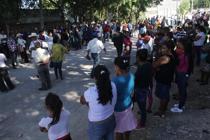 Manifestantes impiden paso de vehículos en el barrio Latino, Jutiapa. (Foto Prensa Libre: Oscar González).