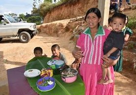 Una mujer muestra los alimentos nutritivos que ha aprendido a preparar con ingredientes de bajo costo y a su alcance. (Foto Prensa Libre: Mario Morales).
