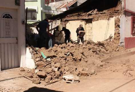 Pobladores de San Marcos ayudan a retirar los escombros  de las viviendas derribadas.