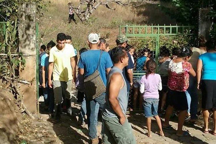 Curiosos permanecen en el lugar donde fue encontrado el cadáver de un bebé. (Foto Prensa Libre: Óscar González).