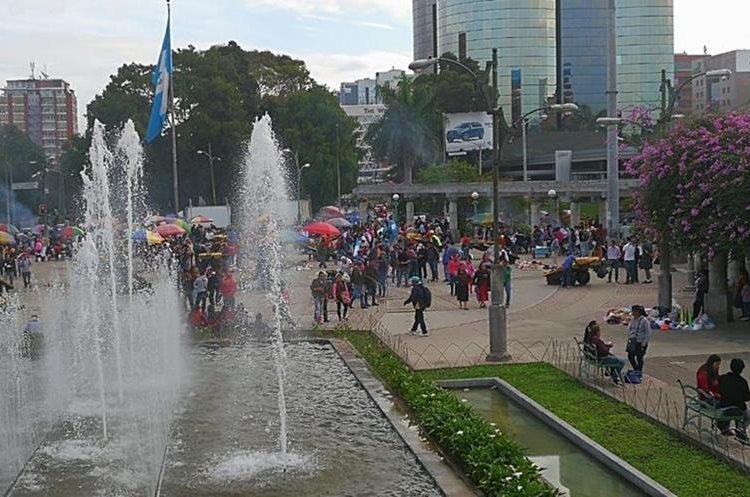 Los maestros del Steg llegaron a la capital provenientes de varios departamentos. (Foto Prensa Libre: Estuardo Paredes)