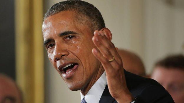 Obama no disimula las lágrimas al hablar de la balacera en una escuela en Connecticut, en el 2012. (GETTY IMAGES).