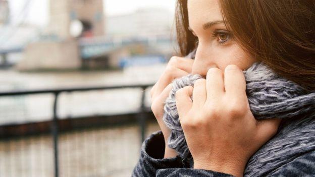 Salir a pasear en un día frío puede ser un peligro para la salud de muchos asmáticos. GETTY IMAGES