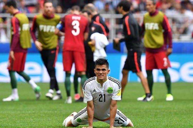 Luis Reyes, defensor de México, no puede creer que su equipo dejó escapar el tercer puesto de la Confederaciones. (Foto Prensa Libre: AFP)
