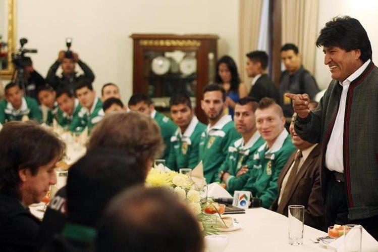 El presidente de Bolivia, Evo Morales, habla con los jugadores de la selección de Bolivia. (Foto Prensa Libre:AP)