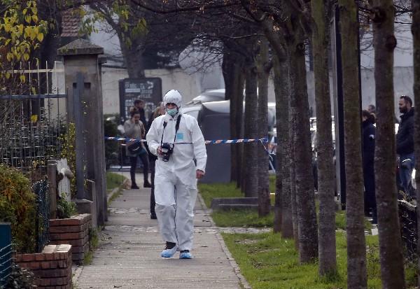 Un policía investiga el ataque a un profesor en una escuela de Francia.