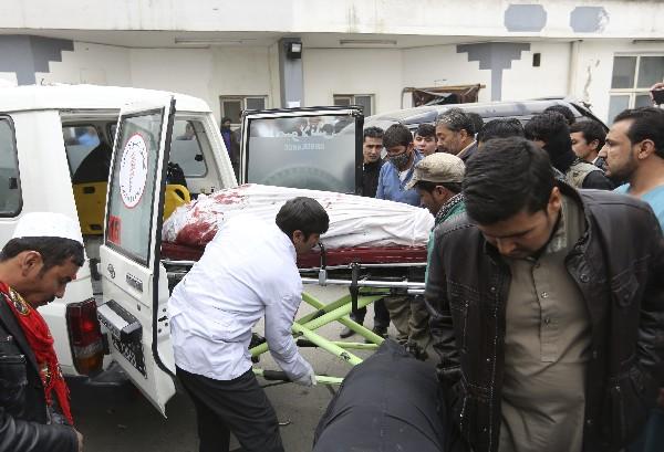 Rescatistas trasladan el cadáver de un hombre a un hospital después del ataque.(AFP).