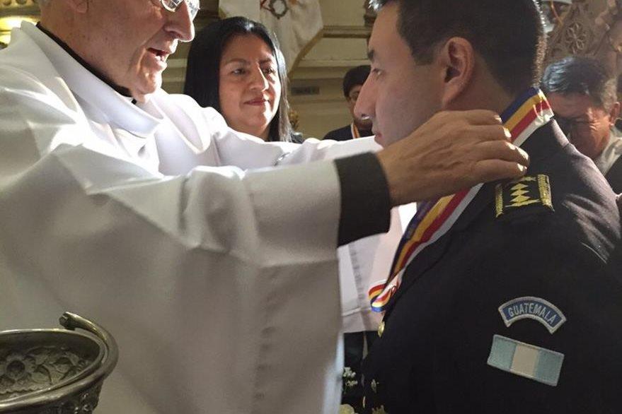 El párroco de la Iglesia Santo Domingo impone la medalla al director de la PNC (Foto Prensa Libre: PNC)