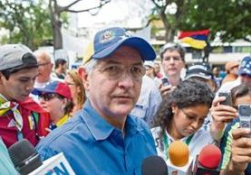 El opositor  y alcalde metropolitano de Caracas, Antonio Ledezma, durante una marcha con otros integrantes de su partido político.