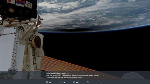 """Tal como dice el astronauta italiano Paolo Nespoli """"no se precisan palabras"""" para describir la sombra del eclipse vista desde el espacio. TWITTER / @ASTRO_PAOLO"""