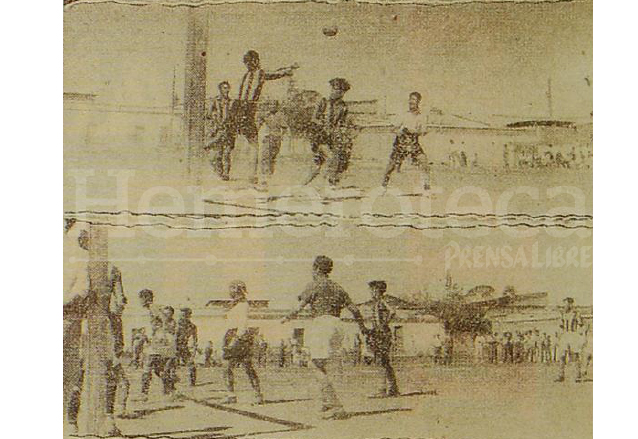 Municipal (camisola rayada) en un partido de exhibición en la cancha del callejón Variedades, su rival era el Cibeles en 1937. (Foto: Hemeroteca PL)