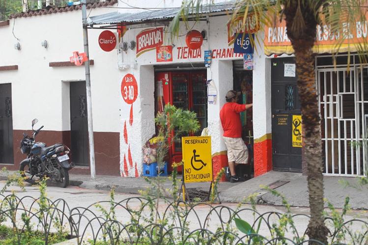 Una tienda ofrece cervezas en Chinautla. La comuna de ese municipio emitió un acuerdo para regular la venta de bebidas alcohólicas este lunes. (Foto Prensa Libre: Álvaro Interiano)
