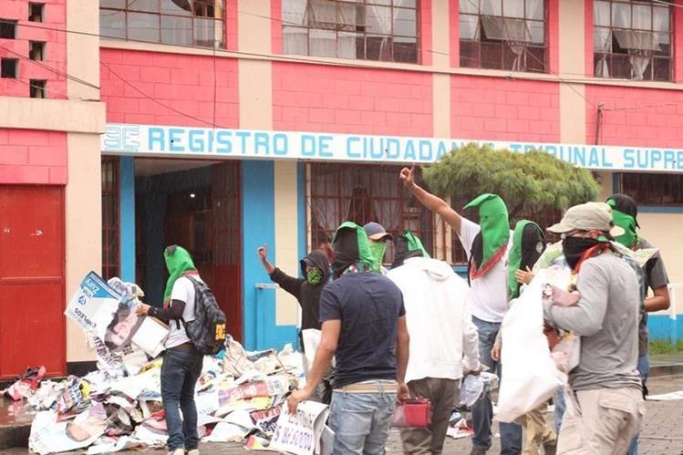 Estudiantes quitan propaganda política en lugares públicos de San Pedro y San Marcos. (Foto Prensa Libre: Aroldo Marroquín)