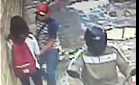Momento en el que uno de los delincuentes somete a la joven mujer para robarle su teléfono celular. (Foto Prensa Libre: Carlos Ventura)