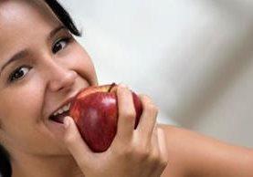 ¿Aun no es hora de almorzar o cenar? Una manzana te puede ayudar a calmar el hambre. (Foto, Getty Images)