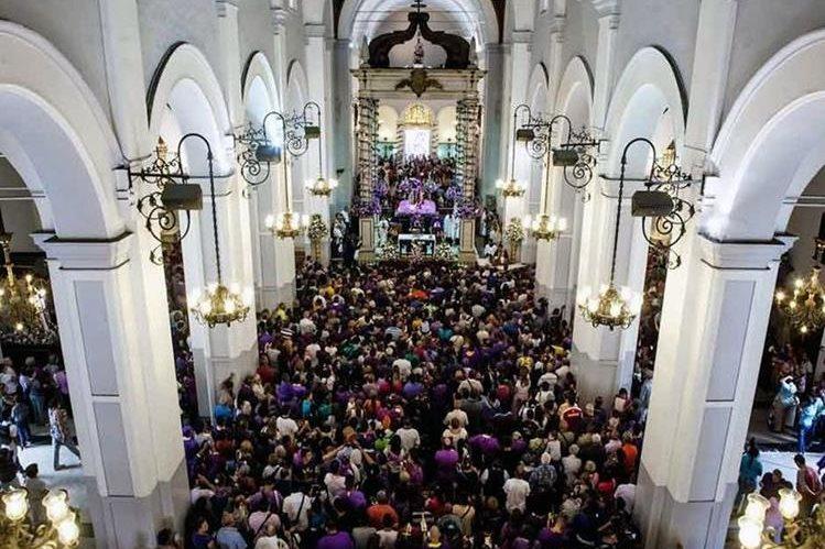 Simpatizantes del gobierno venezolano y opositores se enfrentaron en plena iglesia. Foto Prensa Libre: @Oenomaus04